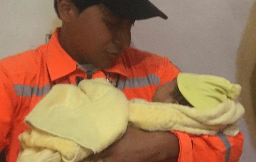 Un socorrista carga a la hija del bombero Antonio Castillo. (Foto Prensa Libre: Cortesía Saulo Morales).