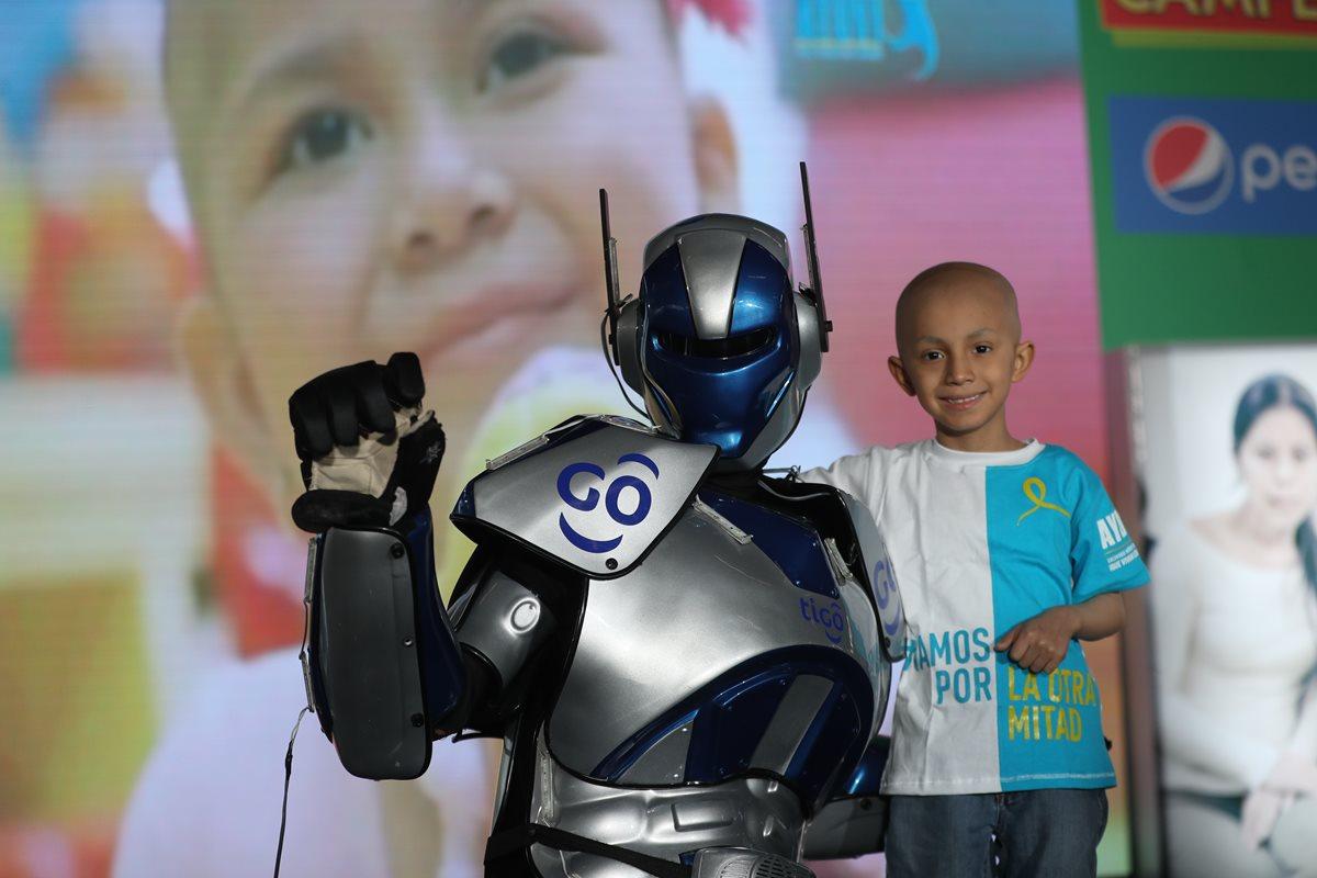 Pacientes de Ayuvi se divierten con personajes del cine, que participaron en la entrega de fondos, recaudados a través de la rifa Únete. (Foto Prensa Libre: Érick Ávila)
