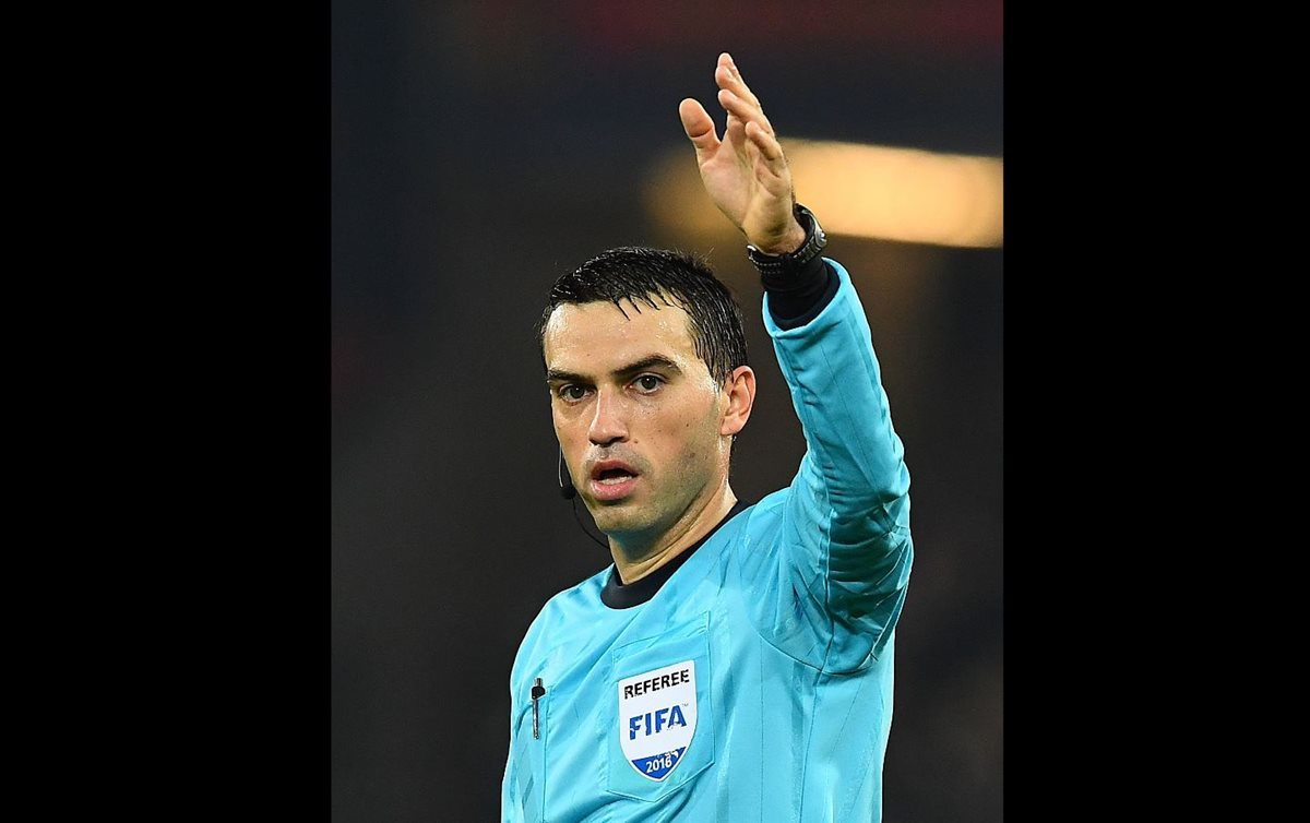 Ovidiu Hategan no estará en Rusia 2018, luego del error cometido en el partido de repechaje entre Suiza e Irlanda. (Foto Prensa Libre: AFP)