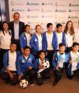 Directivos de la Fundación Carlos F. Novella y de la Escuela Sociodeportiva comparten con algunos de los niños que viajarán a Madrid. (Foto Prensa Libre: Francisco Sánchez).