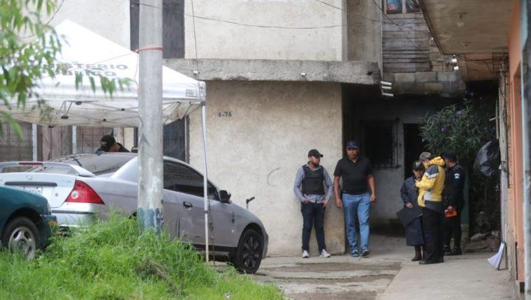 El cuerpo de una mujer fue localizado hoy en la colonia Villalobos 2, zona 12. (Foto Prensa Libre: Erick Avila)