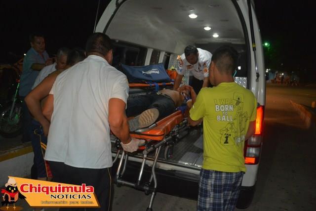 Uno de los heridos es trasladado a un centro asistencial en Chiquimula. (Foto: Facebook Chiquimula Noticias)