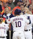 Yuli Gurriel #10 celebra con sus compañeros de los Astros tras conectar un cuadrangular en el tercer juego contra los Dodgers. (Foto Prensa Libre: EFE).