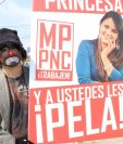 Erick Lancerio, novio de Gaby Barrios, durante la peculiar protesta en Quetzaltenango. (Foto Prensa Libre: María José Longo)