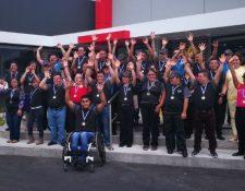 Grupo de personas con capacidades diferentes que labora en McDonald's. (Foto Prensa Libre: Oscar García).