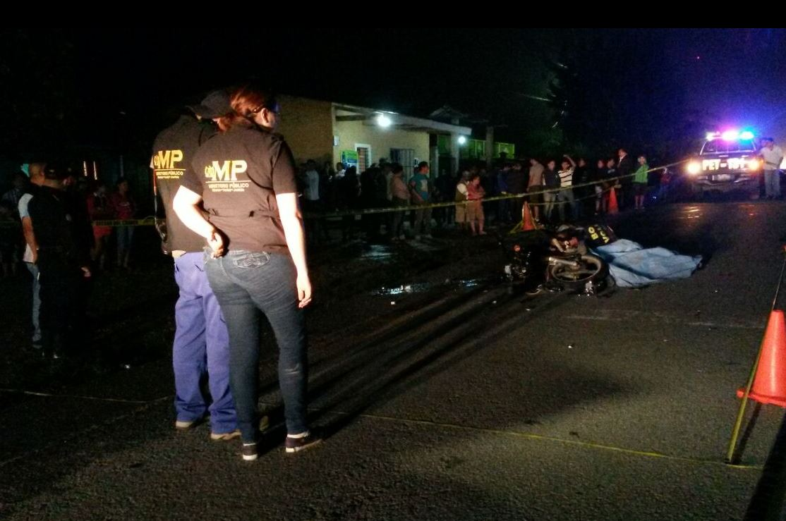 El accidente ocurrió en La Cumbre, Las Delicias, Poptún, Petén.(Foto Prensa Libre: Rigoberto Escobar)