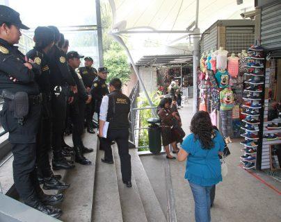 Las autoridades reforzaron la seguridad en esta plaza comercial luego del incidente donde fue detenido un sospechoso del delito de extorsión. (Foto: Hemeroteca PL)