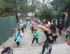 Las clases de zumba se han incrementado en la Ciudad. Los domingos pueda practicar en Pasos y Pedales. (Foto Prensa Libre: Érick Ávila)