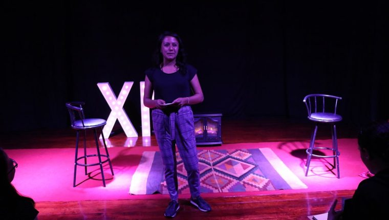 """Gabriela Villatoro relata a otros emprendedores su historia con el emprendimiento """"Tan Lechuga Yo"""" que funciona en el Centro Histórico de Xela. (Foto Prensa Libre: María Longo)"""