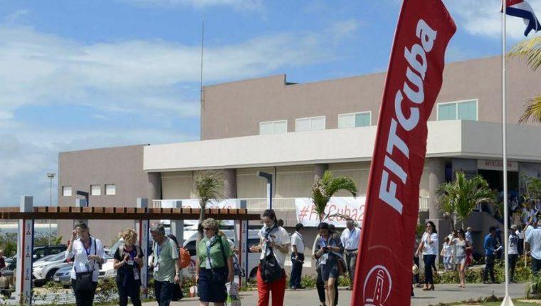 Participantes caminan en un hotel de la provincia de Villa Clara que fue sede de la 38 Feria Internacional de Turismo FITCuba 2018, donde participaron autoridades del Inguat. (Foto Prensa Libre: www.xinhuanet.com)