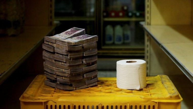 En algunos mercados de Caracas un rollo de papel higiénico puede costar 2.6000.000 bolívares. (BBC News Mundo: Carlos García Rawlins/Reuters)