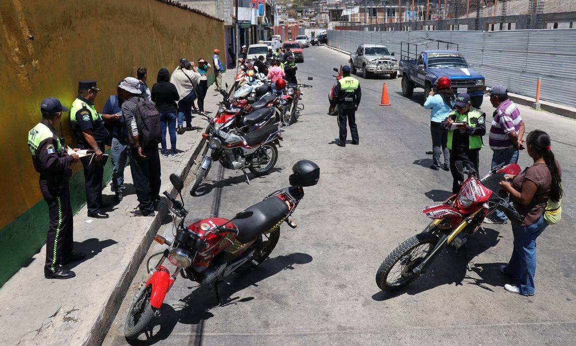 Motoristas son multados en Huehuetenango por no portar casco. (Foto Prensa Libre: Mike Castillo)