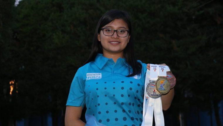 Dulce Domínguez brilla con las tres medallas conseguidas en el Centroamericano Escolar de Ajedrez realizado en Panamá. (Foto Prensa Libre: Raúl Juárez)