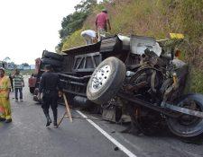 Autobús accidentado el miércoles último en la autopista a Palín, Escuintla. (Foto Prensa Libre: Carlos E. Paredes)