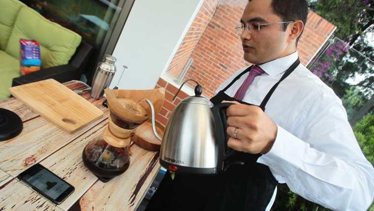 La mayoría de los emprendimientos en Guatemala están en el segmento de consumo, como la empresa Coffee Bar fundada por Diego Joachin. (Foto Prensa Libre: Hemeroteca)