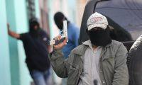 Con pistola en mano patrulleros cuidan las calles de Bárcenas.