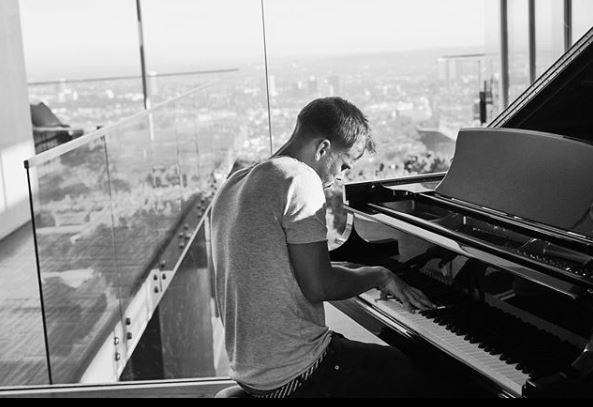 El talento de Avicii fue tan grande que lo llevó a componer la canción del Mundial de hace cuatro años. (Foto Prensa Libre: Instagram/@avicii)