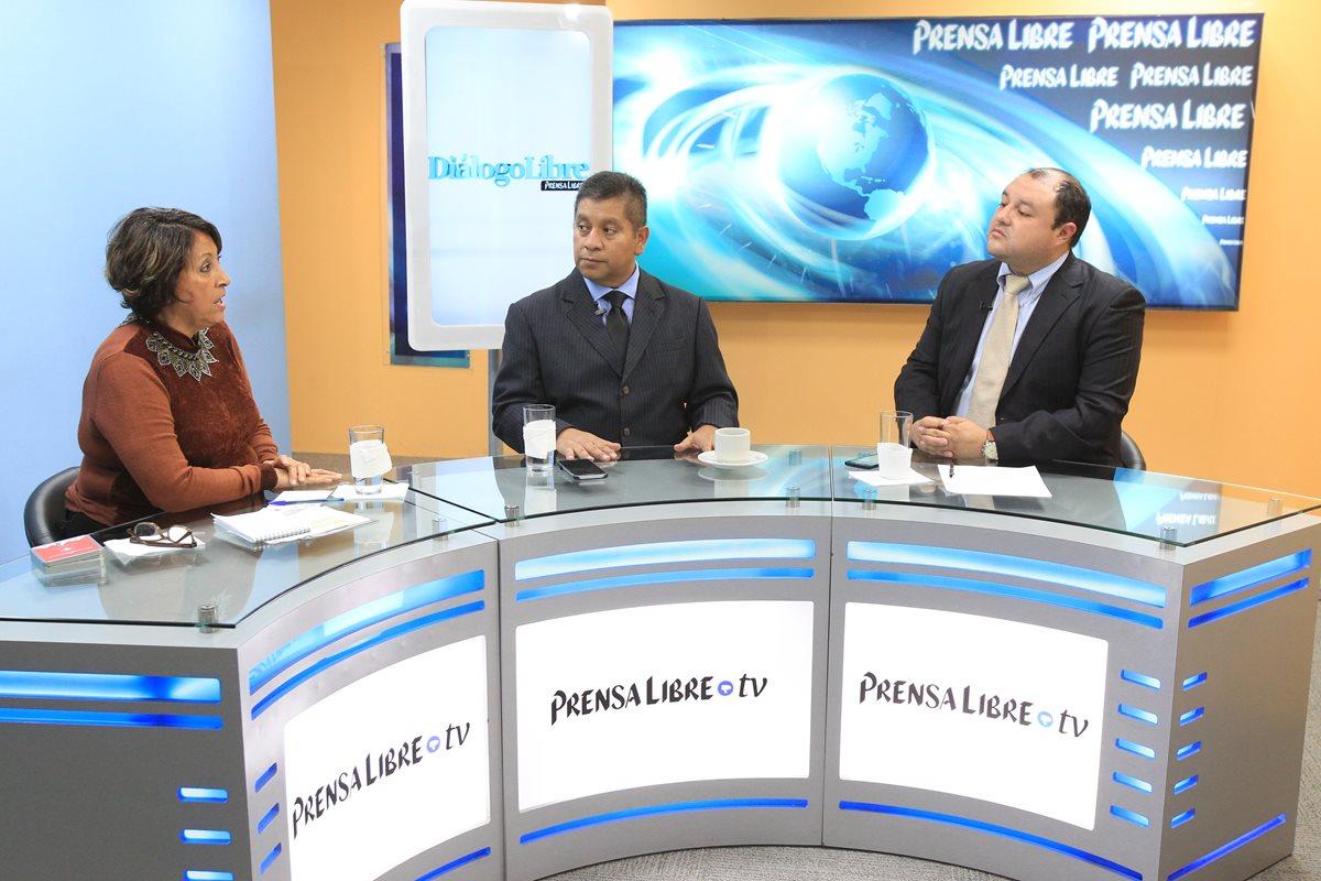 Ileana Alamilla, presidenta de APG, y el analista político Estuardo Zapeta conversan con el periodista Antonio Barrios en el programa Diálogo Libre. (Foto Prensa Libre: Esbin García)