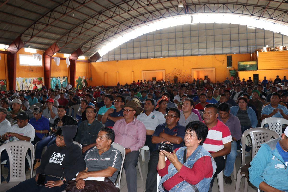 Transportistas de Quiché se reúnen en el gimnasio municipal de la cabecera departamental y aprueban realizar una caminata de protesta hacia la capital. (Foto Prensa Libre: Héctor Cordero)