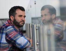 Guido Fernández perdió la vista y el oído al no tratarse a tiempo una otitis. Sin embargo, no se dio por vencido y los ha recuperado parcialmente. Foto Prensa Libre: Carlos Hernández Ovalle.
