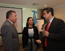 El embajador de México Luis Manuel López Moreno, con Olga Gómez Flores y Ricardo Gómez del Grupo Hotelero Posadas que busca hacer negocios en el sector turístico con sus pares guatemaltecos. La rueda de negocios finalizará el domingo. (Foto Prensa Libre: Óscar Rivas Pu)