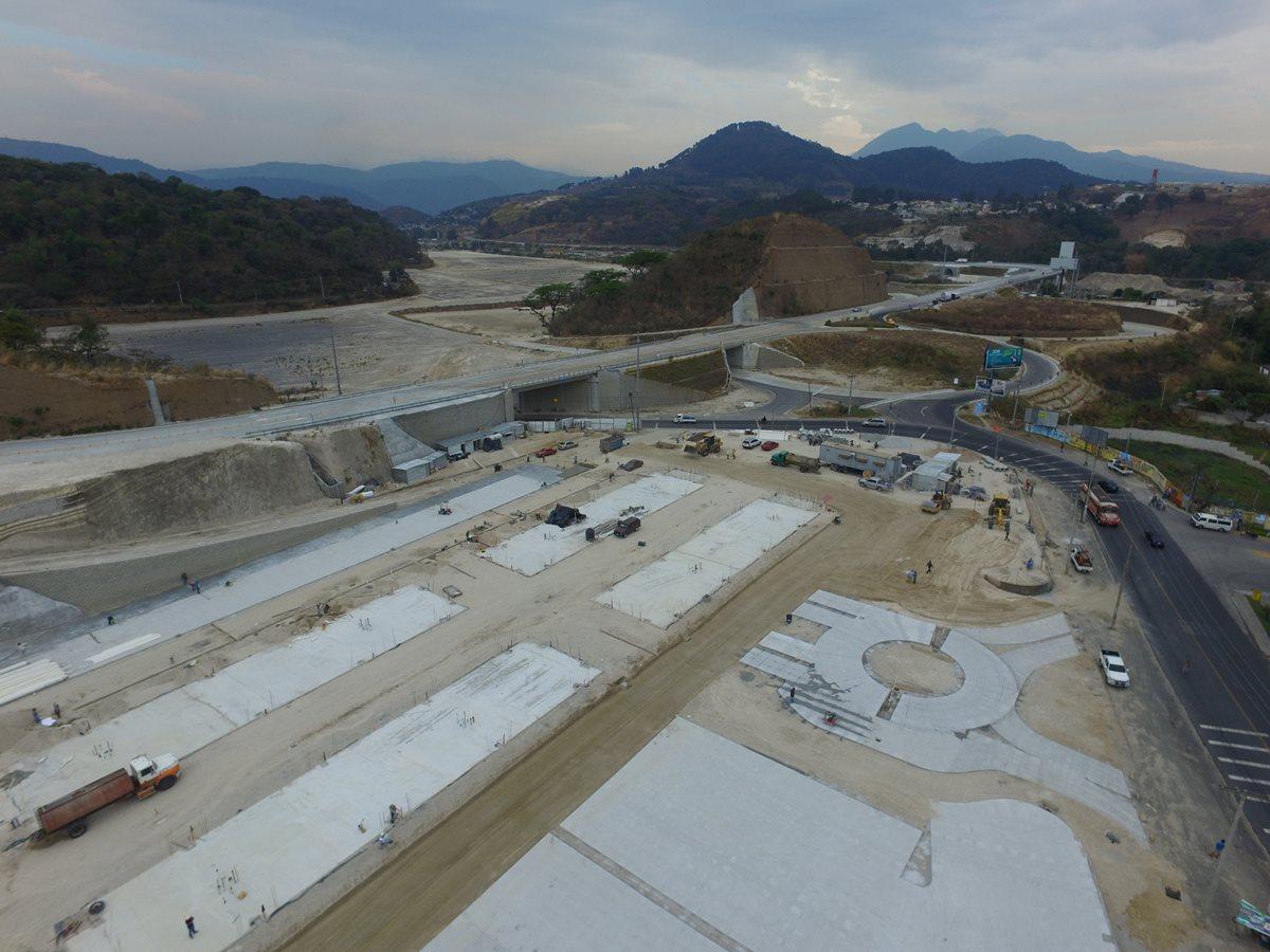 Los trabajos de construcción del comercial Distrito Morán, en el kilómetro 18 de la ruta hacia Villa Canales comenzaron en enero último. (Foto Prensa Libre: Estuardo Paredes)