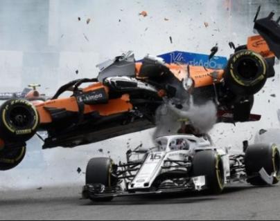 El auto de Fernando Alonso (naranja) pasó por encima del de Charles Leclerc en un serio accidente en el Gran Premio de Bélgica. (Foto Prensa Libre: BBC News Mundo)