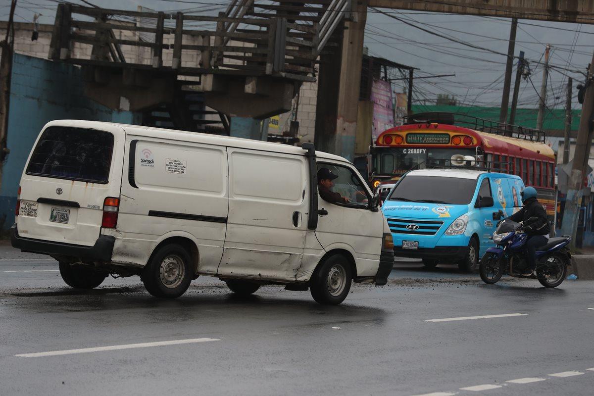Ante la falta de bordillo en el km 49 de la ruta Interamericana, El Tejar, Chimaltenango, automovilista hacen maniobras peligrosas para cruzar de un carril a otro. (Foto Prensa Libre: César Pérez Marroquín)