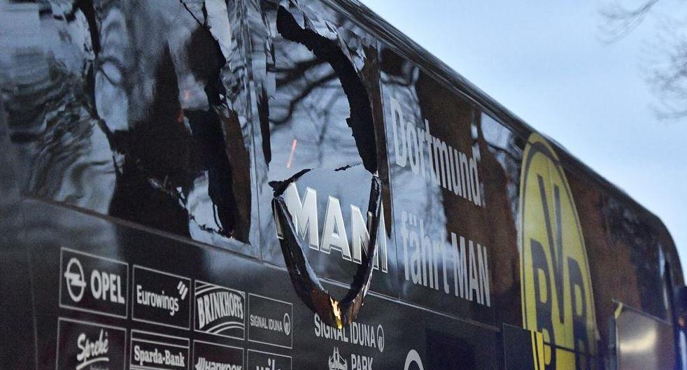 El autobús donde viajaba el Borussia Dortmund sufrió daños después de la explosión de tres artefactos. (Foto Prensa Libre: Hemeroteca)