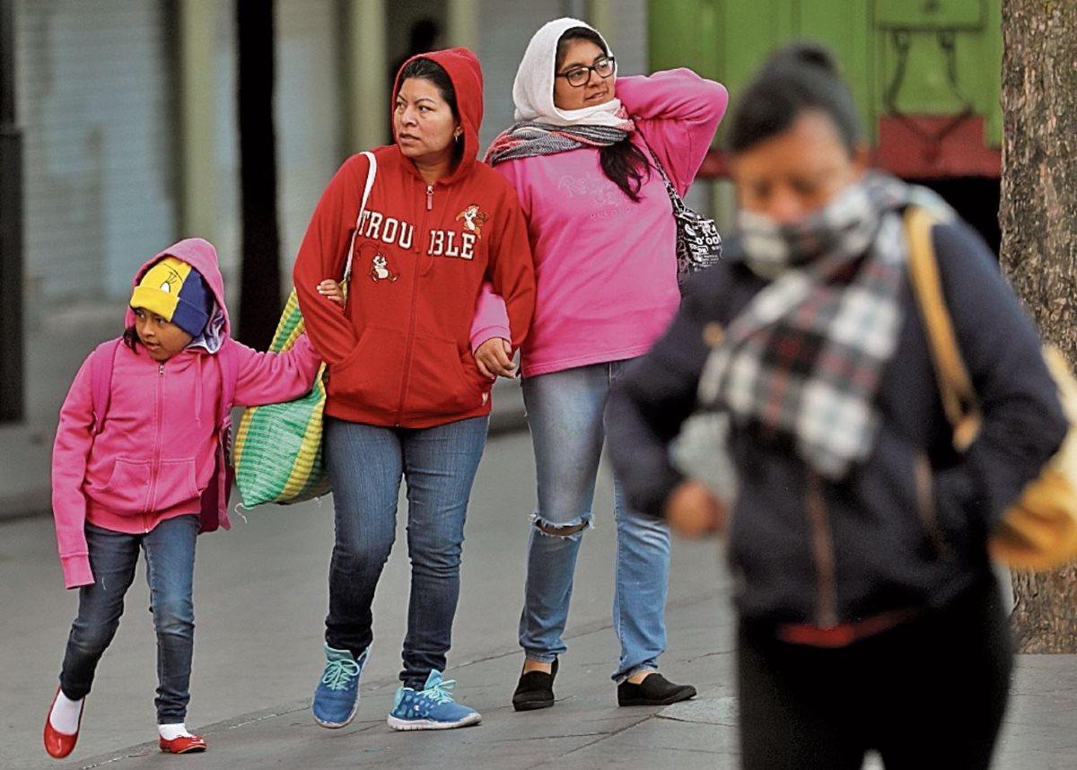 Ante la época de frío Conred recomienda abrigarse bien, sobre todo a los niños y personas mayores. (Foto Prensa Libre: Hemeroteca PL)