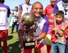 El delantero Hipólito Fuentes del Deportivo San Pedro, posa con el trofeo de campeón de la Segunda División. (Foto Prensa Libre: Raúl Juárez)
