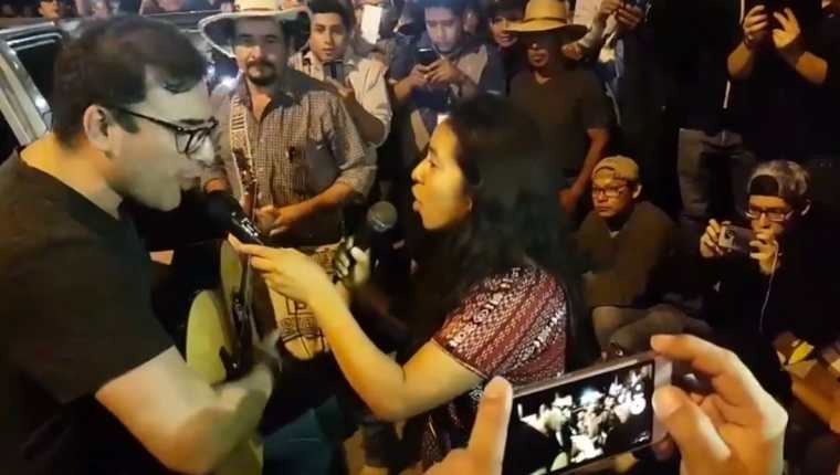 Francisco Páez, vocalista de Malacates, y Sara Curruchich cantan en protesta contra los diputados. (Foto Prensa Libre: Facebook Giovany Ujpán)