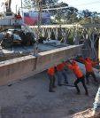 La estructura del puente Bailey es desmontada para ser trasladad a Guatemala mientras inician los trabajos de colocación de la cinta asfáltica en el Km 165.5, Santa Cruz del Quiché. (Foto Prensa Libre: Yésica Tol).