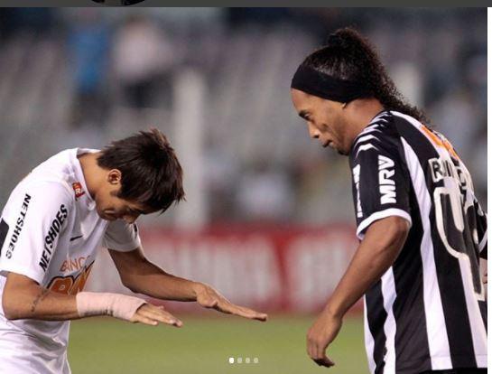 Neymar compartió muchas vivencias con Ronaldinho y con un mensaje en sus redes sociales agradeció por su magia. (Foto Prensa Libre: Instragram Neymar)