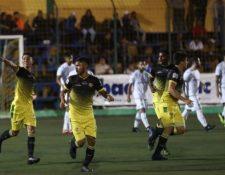 Otto Tatuaca festaja la anotación del empate de Petapa contra Comunicaciones. (Foto Prensa Libre: Edwin Fajardo).