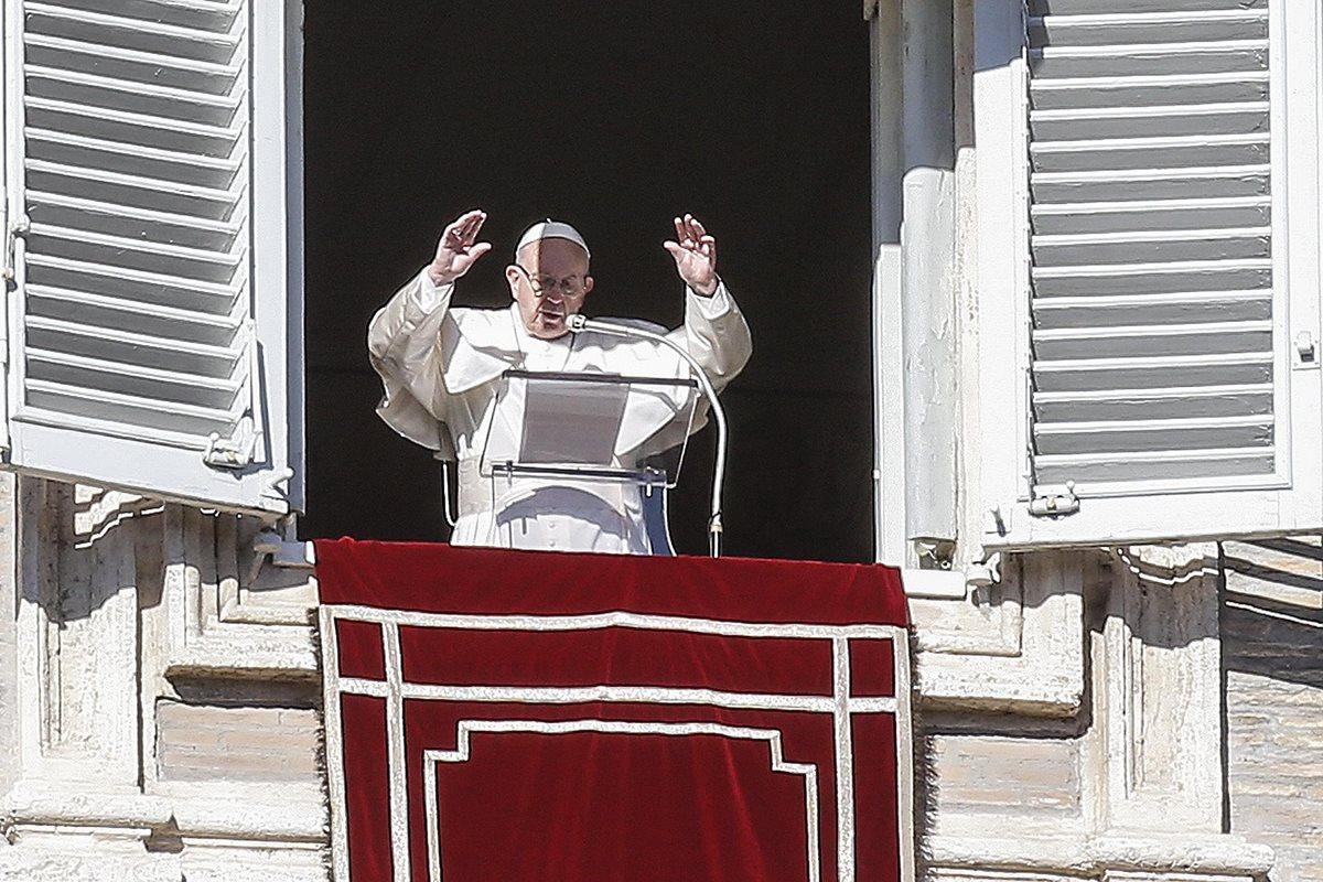 """El papa llama a no dividirse, """"extender la mirada materna"""" y a involucrarse en política"""