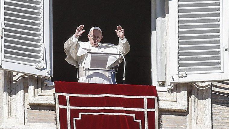 El papa Francisco celebró la oración del Angelus en El Vaticano durante el 52 Día de la Paz. (Foto Prensa Libre: EFE)