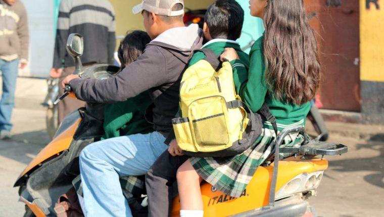 Pilotos de motocicletas no respetan la cantidad de pasajeros, ni el uso de casco y limite de velocidad en Xea. (Foto Prensa Libre: Carlos Ventura)