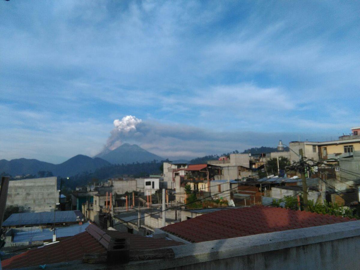 Volcán de Fuego continúa en erupción, luego de 24 horas de actividad. (Foto Prensa Libre: Oscar Felipe)