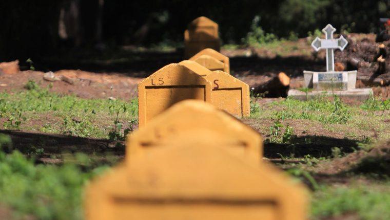 Con una sencilla lápida amarilla identifican el lugar donde están enterrados los cuerpos XX. Foto Prensa Libre: Esbin García.