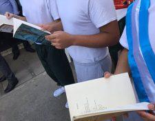 Jóvenes en conflicto con la ley leen los libros que fueron entregados por CREA. (Foto Prensa Libre: Cortesía)