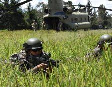 Helicóptero estadounidense Chinook y personal militar durante ejercicios. (Foto: Ejército de Guatemala)
