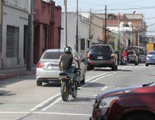 Un motociclista efectúa una maniobra peligrosa al transitar en un motocicleta en la zona 1. (Foto Prensa Libre: Estuardo Paredes)