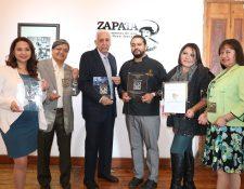 Los representantes de las empresas quetzaltecas presentan la plaqueta que recibieron por los estándares de calidad en el servicio. (Foto Prensa Libre: Raúl Juárez)