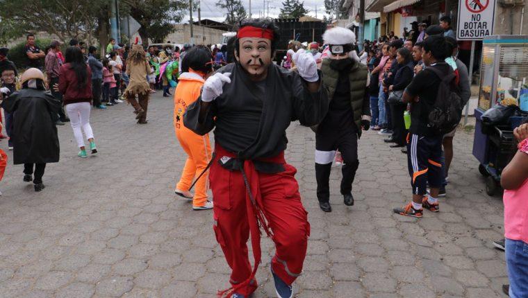 Los integrantes del baile de disfraces 24 de Diciembre recorrieron las calles de San Miguel Morazán, El Tejar, al ritmo de la Marimba. (Foto Prensa Libre: Cortesía de Víctor Chamalé)