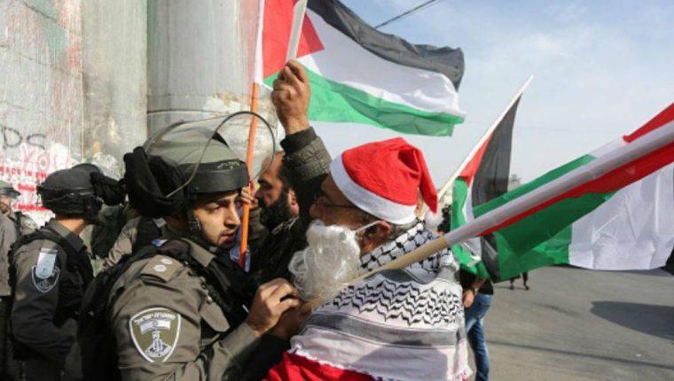 En estas fechas, Belén, situada en Cisjordania, suele estar llena de turistas, pero hasta ahora la localidad parece vacía debido a los temores de que haya enfrentamientos entre manifestantes palestinos y el ejército israelí. (Foto Prensa Libre: AFP)