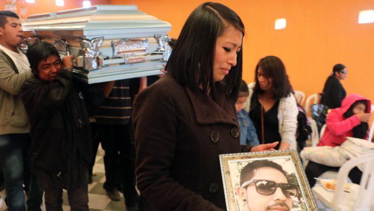Familiares y amigos le dan el último adiós al piloto Eduardo Alejandro Barrios Coyoy, de 30 años, quien dejó a cuatro menores en la orfandad. (Foto Prensa Libre: Carlos Ventura)