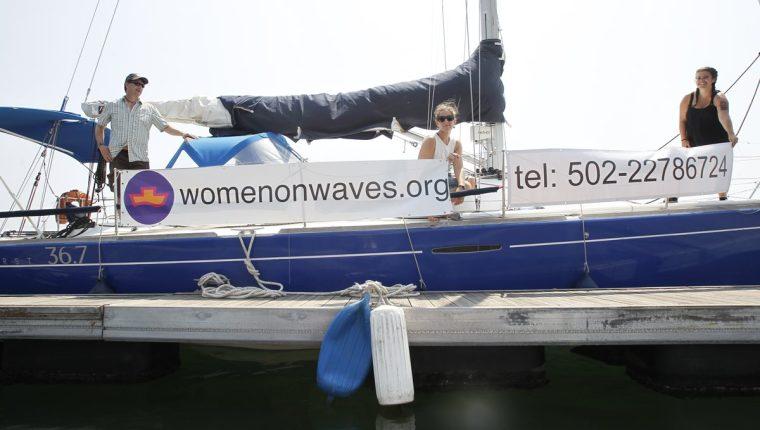 """El Comando Naval del Pacífico escoltó fuera de aguas territoriales al velero """"Adelaide"""" de la ONG """"Mujeres sobre las Olas"""" (Foto Prensa Libre: Hemeroteca PL)"""