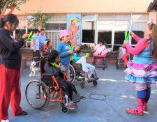 La familia Arias convivió con los niños y adolescentes del Hogar Marina Guirola Leal. (Foto Prensa Libre: Juan Carlos Rivera).