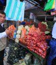 El jefe de la Diaco, Alejandro Pereira, participa en el monitoreo de precios en el mercado La Terminal (Foto, Prensa Libre: Juan Diego González).
